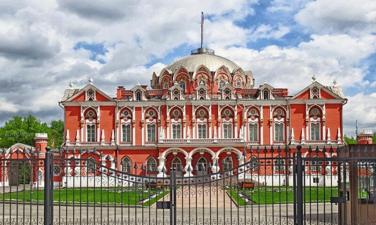 Сердце и главный символ «Жуковки» — Петровский путевой дворец (архитектор М.Ф. Казаков, 1776—1780 гг.)