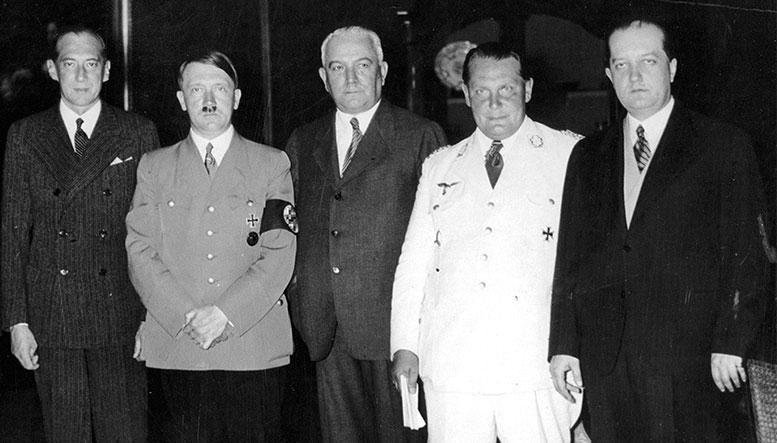 Слева направо: глава МИД Польши Ю. Бек, фюрер и рейхсканцлер А. Гитлер, министр иностранных дел Германии К. фон Нейрат, имперский министр и премьер-министр Пруссии Г. Геринг, посланник Польши в Германии Ю. Липский