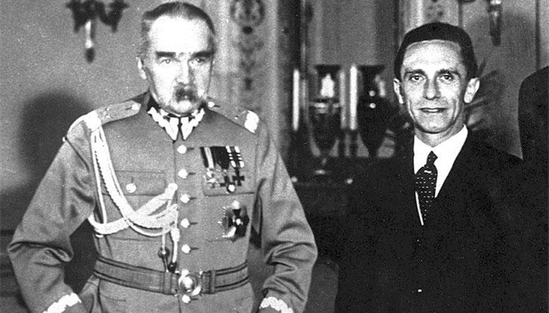Военный министр и генеральный инспектор вооружённых сил Польши Ю. Пилсудский (слева) с имперским министром народного просвещения и пропаганды Й. Геббельсом. Варшава, июнь 1934 г.