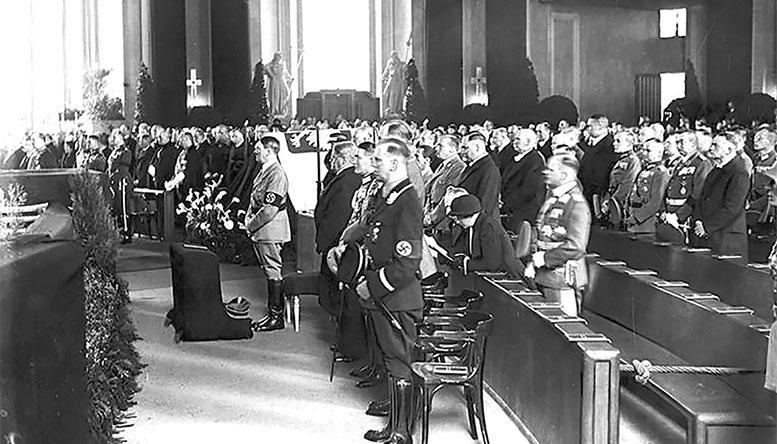 Гитлер и другие нацистские бонзы на траурной церемонии прощания с Ю. Пилсудским в соборе Святой Ядвиги. Берлин, май 1935 г.