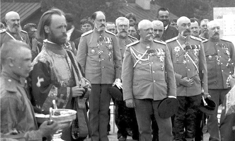 Военный министр В.А. Сухомлинов (в центре) и Н.А. Вельяминов с группой врачей ИВМА на закладке ортопедической клиники академии Весна 1911 г. Фонды Военно-медицинского музея