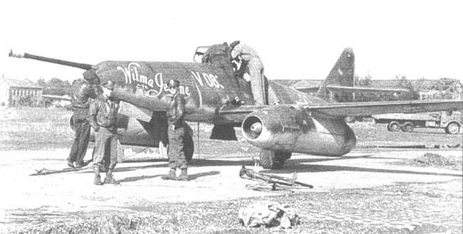 Американские солдаты осматривают немецкий реактивный самолёт