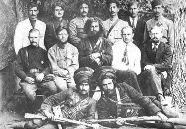 Командование и охрана штаба Персидской Красной армии. Сидят во втором ряду слева направо: Г.Н. Пылаев, Б.Л. Абуков, Мирза Кучек-хан, И.К. Кожанов 1920 г.