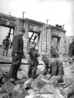 Фашистские военнопленные на расчистке улицы