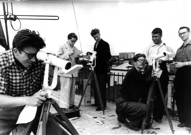 Студенты РГУ готовятся к наблюдениям за 1-м искусственным спутником Земли под руководством профессора А.А. Батырева. г. Ростов-на-Дону, 1958 г. ГА РО.