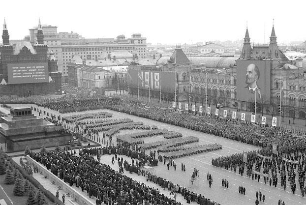 Колонны демонстрантов в форме аббревиатуры «ВЛКСМ» перед Мавзолеем на Красной площади.