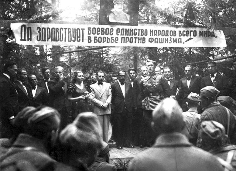 А.Н. Цфасман (в белом костюме) и артисты джаз-оркестра Всесоюзного радиокомитета на фронте. Июнь—июль 1942 г.