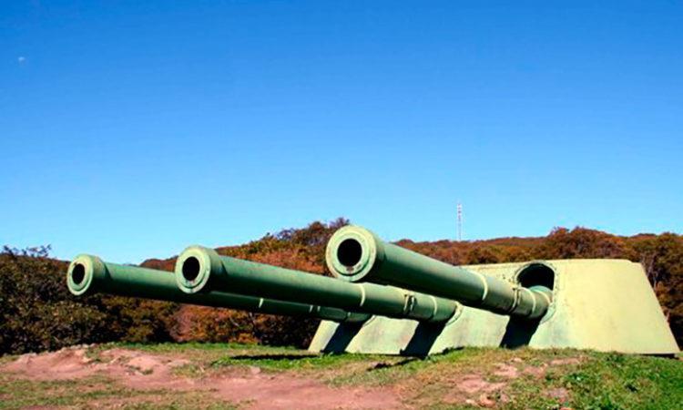 Одна из двух башен уникального фортификационного сооружения на острове Русский во Владивостоке — береговой башенной батареи № 981, вооружённой шестью орудиями калибра 305 мм.