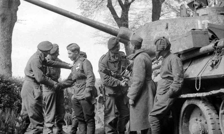 Встреча британских и советских солдат в Германии.