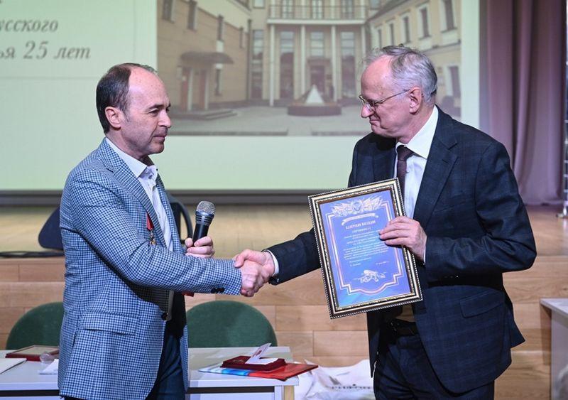 Лозовик Е.А. вручил В.А. Москвину сертификат на серию книг «Кадетское наследие».