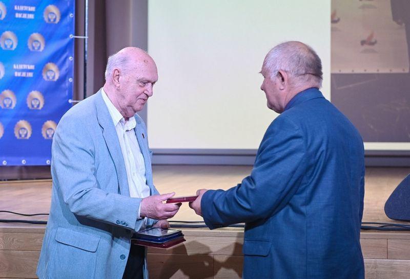 С.Г. Кулешов вручает медаль А.В. Анастасину