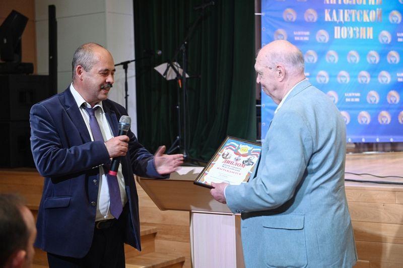 Вручение диплома С.Г. Кулешову (справа)