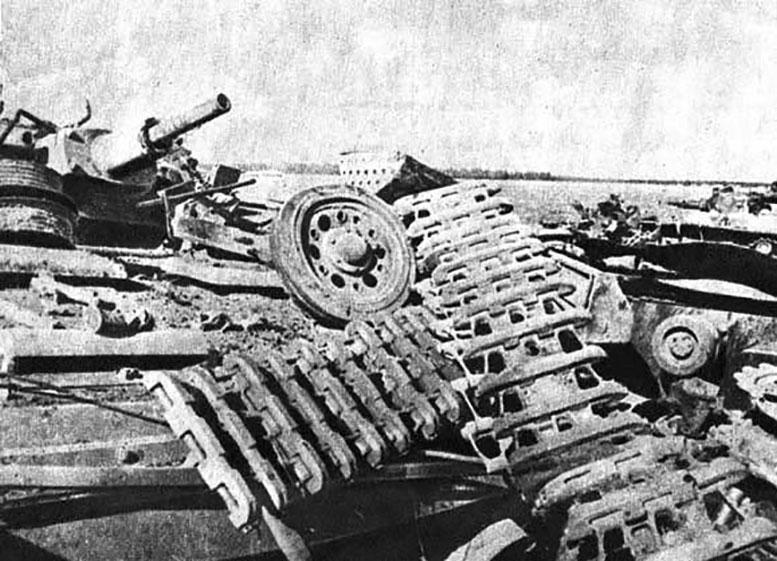 Подбитые немецкие танки 1-го взвода 5-й танковой роты (на части панорамного снимка изображены справа).