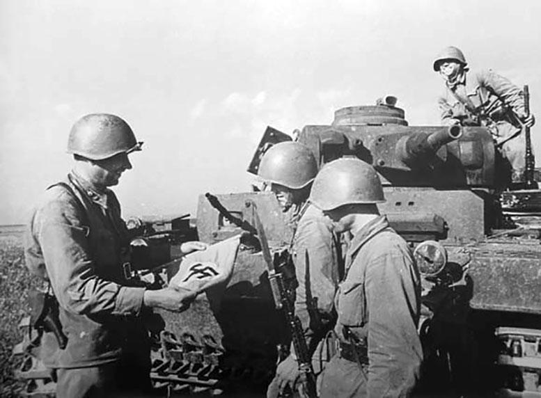 Командиры и политработники 388-го полка вместе с капитаном Д.С. Гаврюшиным осматривают трофеи. Фото военкора «Известий» П.А. Трошкина г. Могилёв, 14 июля 1941 г.