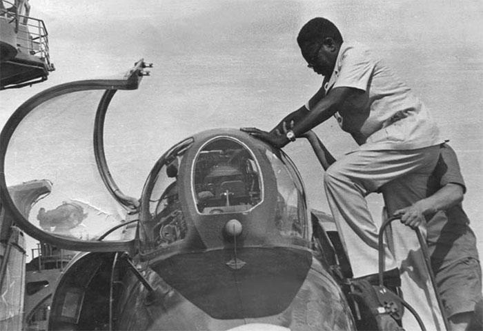 Первый президент независимой Анголы Агоштинью Нето осматривает истребитель вертикального взлёта и посадки Як-38 на палубе тяжёлого авианесущего крейсера ВМФ СССР «Минск», зашедшего с визитом в Луанду 2 апреля 1977 г.