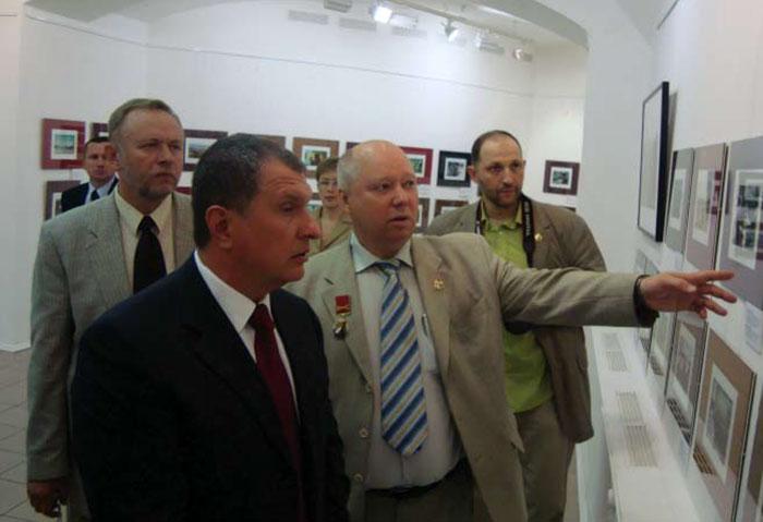 Вице-премьер Правительства Российской Федерации И.И. Сечин осматривает фотовыставку «Нас там быть не могло?» 2009 г. Музей Союза ветеранов Анголы.