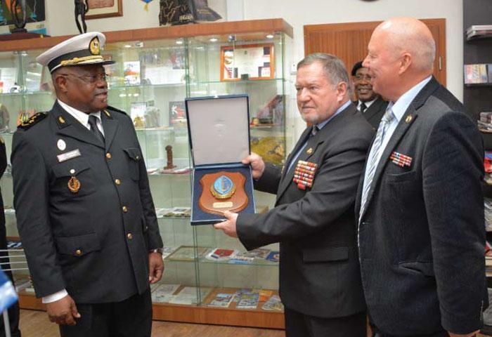Председатель Союза ветеранов Анголы В.А. Сагачко принимает памятный подарок от командующего ВМФ Анголы адмирала Франсишку Жозе 4 июля 2017 г. Музей Союза ветеранов Анголы.