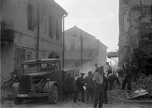 Военнопленные убирают завалы на улицах. г. Смоленск.