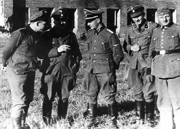 Эсесовцы и охранники в лагере. г. Смоленск.